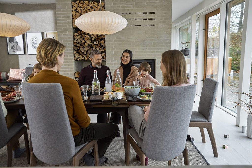 Mit Stressless Dining Chilli Stühlen finden Familientreffen in stilvoller und entspannter Atmosphäre statt.