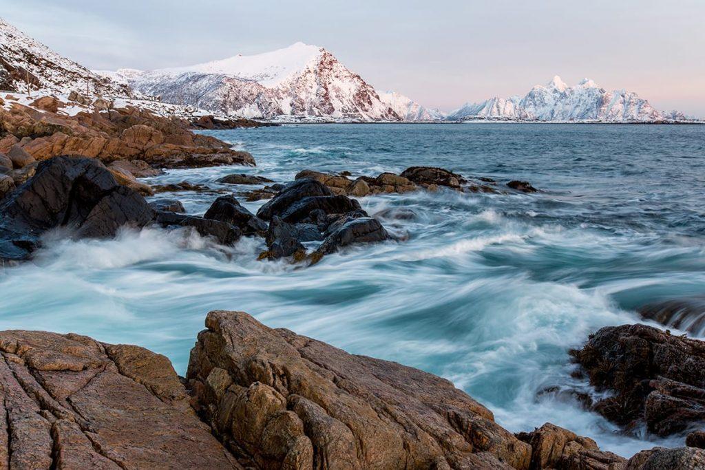 Besonders entspannend ist Saunieren mit Blick auf die arktische See in Norwegen, wie hier auf den Lofoten.