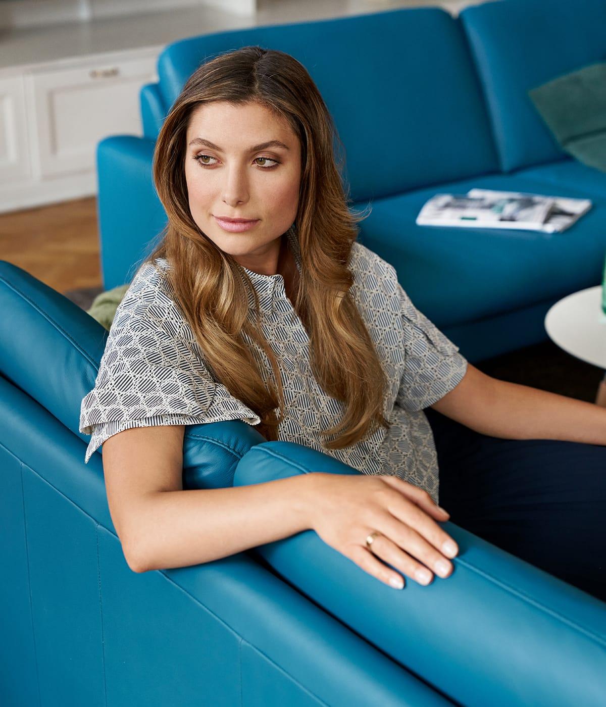 Auf dem Stressless Joy Sofa könnt ihr herrlich entspannen - nicht nur im Herbst oder Winter.