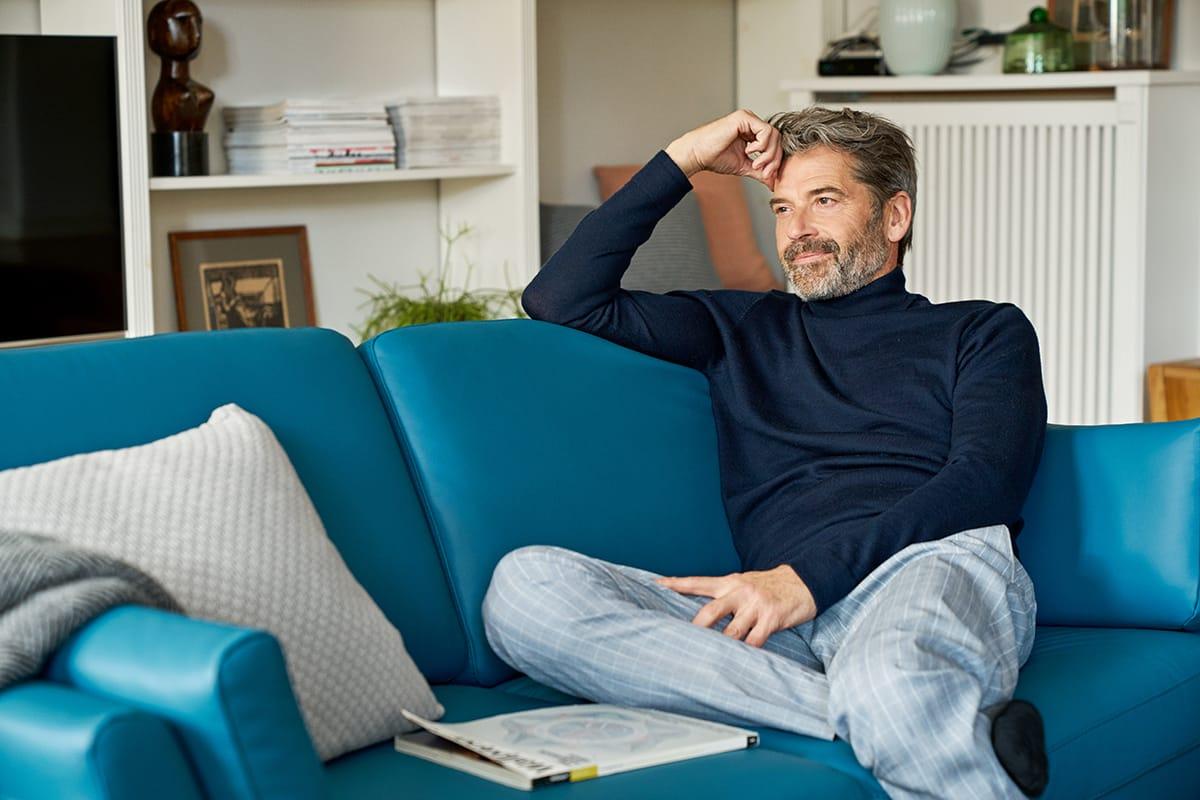 Einfach mit einem guten Buch einen entspannten Abend auf dem Stressless Air Sofa gestalten – auch das entspricht dem Wohlfühl-Trend Hygge.