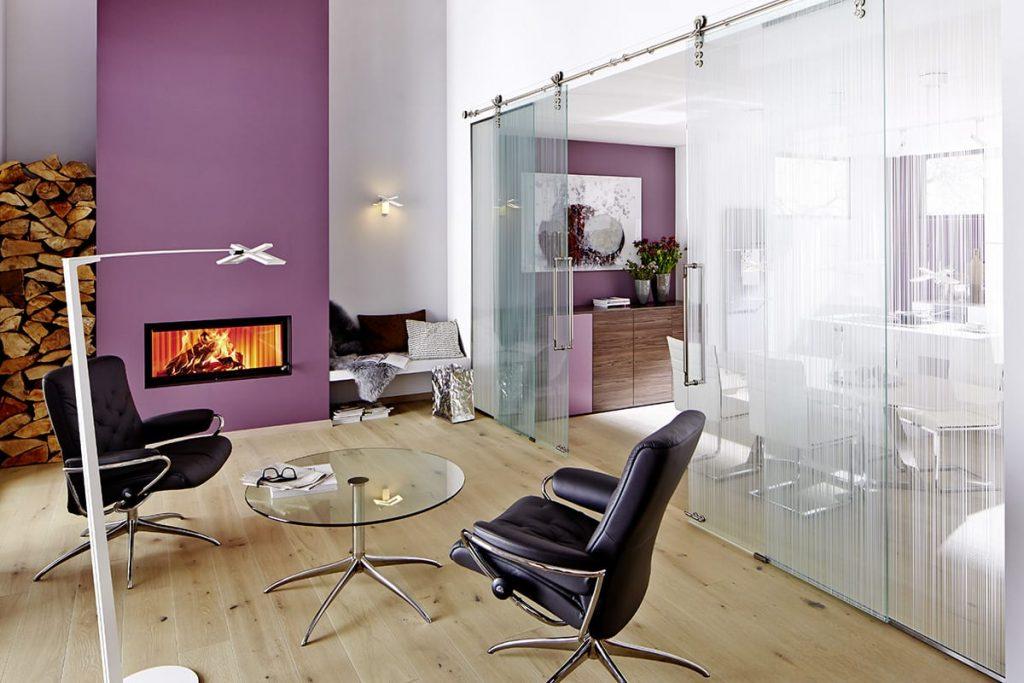 Ultra Violet, die Farbe des Jahres 2018, lässt sich effektvoll auch als Wandfarbe einsetzen – hier kombiniert mit Stressless Metro Sesseln.