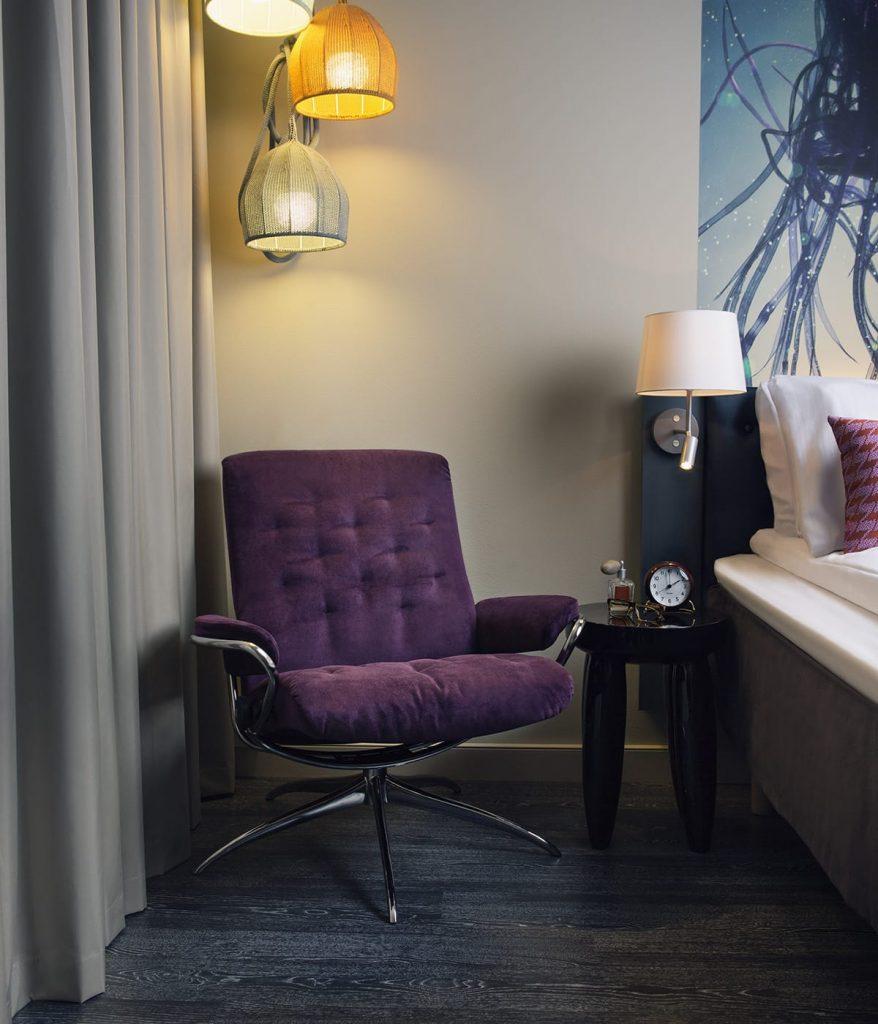 Ultra Violet, die Farbe des Jahres 2018, erinnert an den Nachthimmel – wie dieser Stressless Metro Sessel.