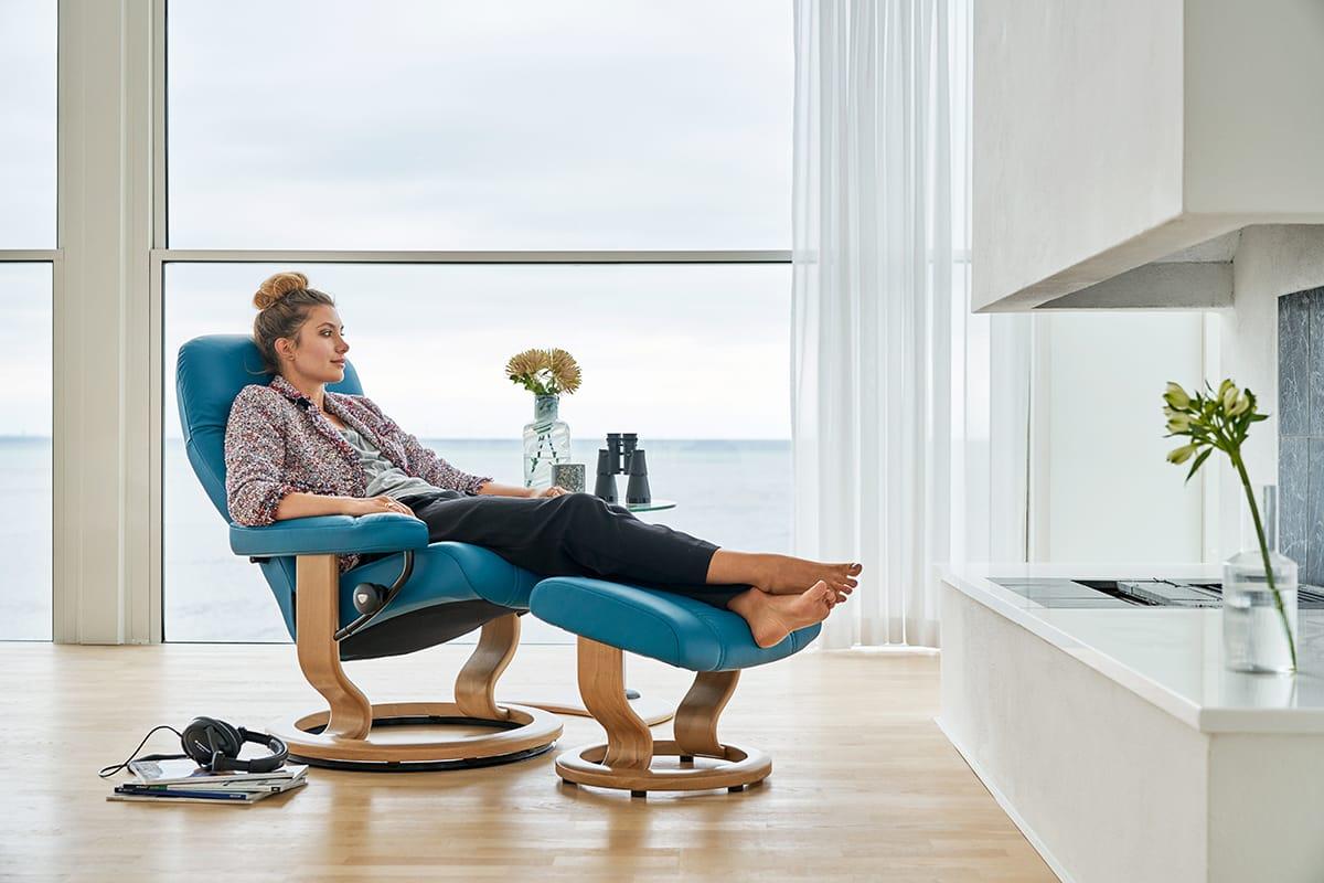 Auf dem Stressless Consul Sessel lässt sich herrlich entspannen - am besten mit einem Buch über das Meer.