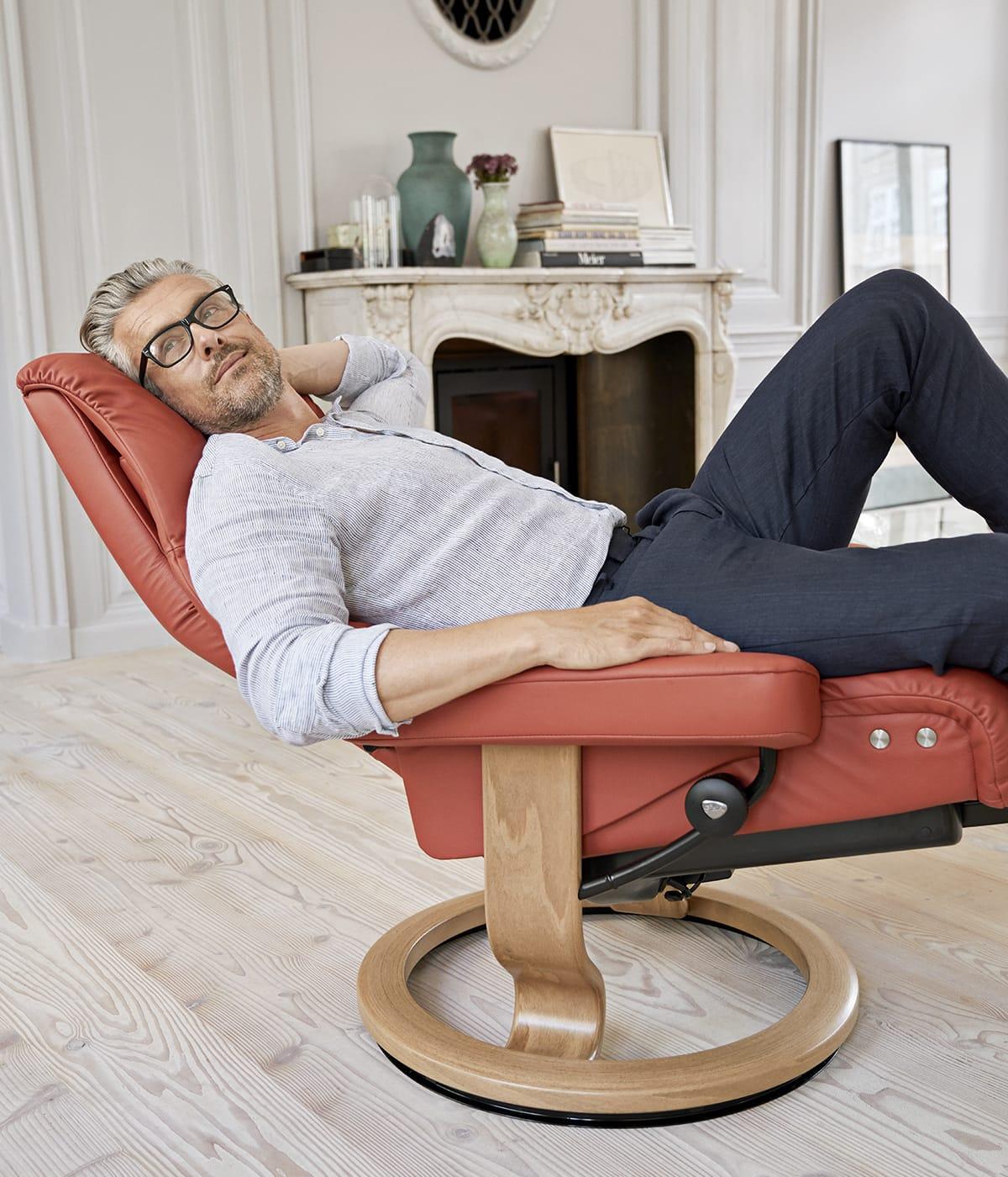 Auch ein bequemer Sessel darf beim Wohlfühl-Trend Hygge nicht fehlen – zum Beispiel der Stressless View Sessel.