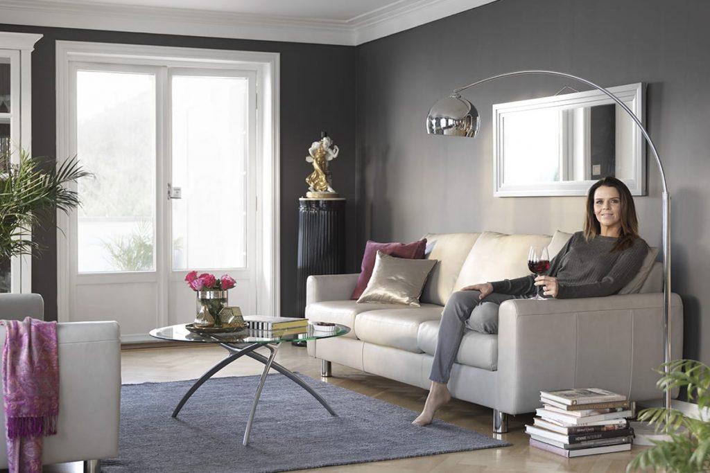 Mit Sitzkissen und Accessoires in Ultra Violet, der Farbe des Jahres 2018, bekommt das Stressless E700 Sofa trendige Farbakzente.