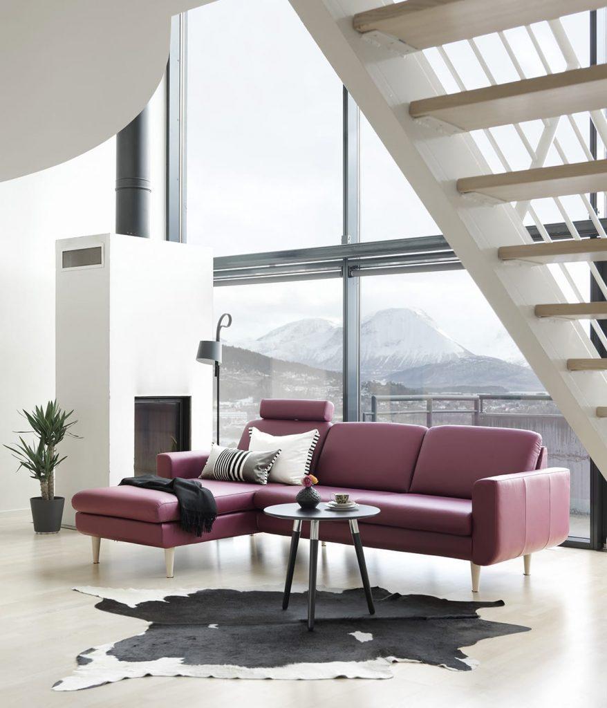 Das Stressless Sofa Joy in Beet Red, der Farbe des Jahres 2018, lädt zum Entspannen ein.