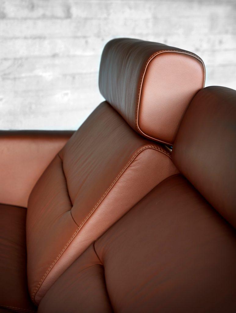 Gerade nach der winterlichen Heizperiode ist die Lederpflege für Sofas und Sesseln wichtig.