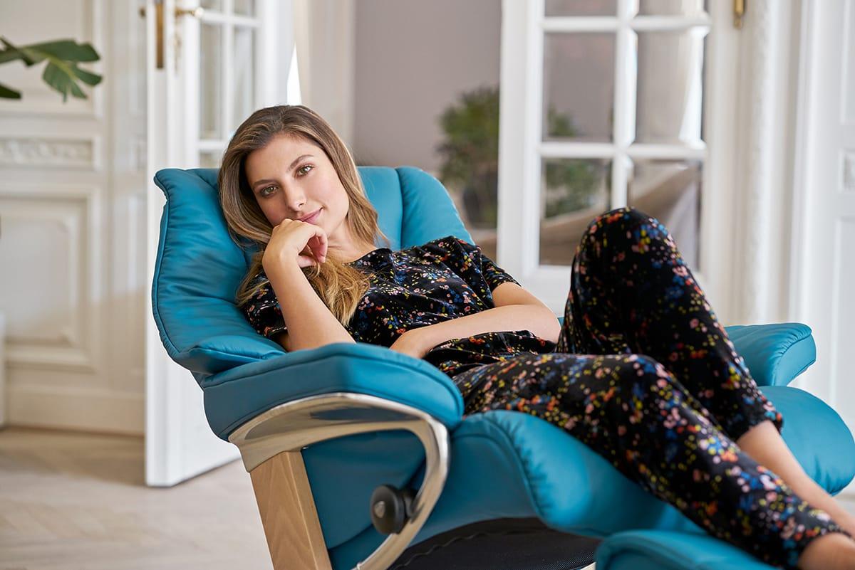 Für erholsamen Schlaf ist es hilfreich, ein Abendritual zu entwickeln wie etwa das regelmäßige Entspannen auf dem Stressless Live Sessel.