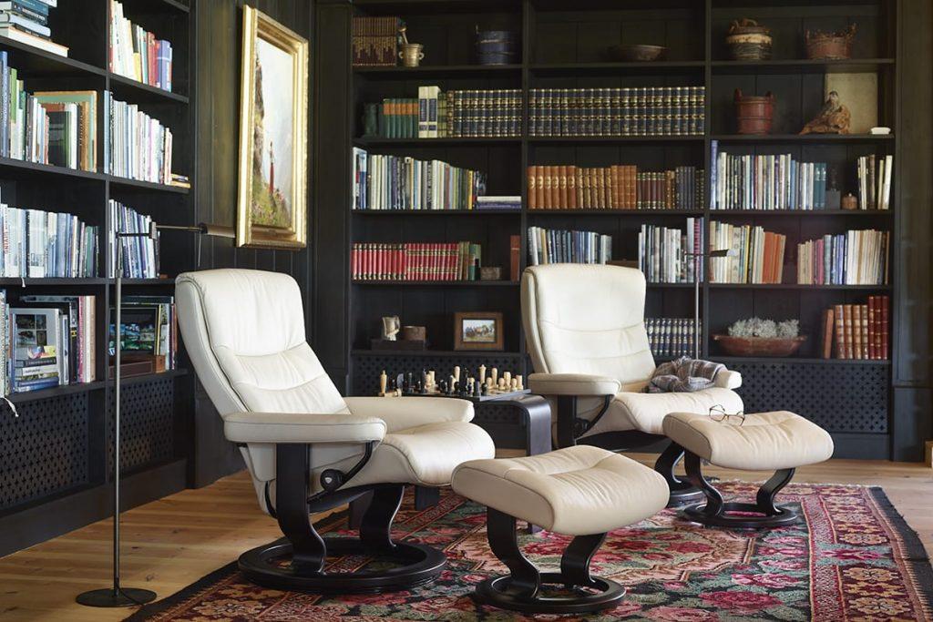 Wenn ihr euer ungenutztes Zimmer in eine Lese-Oase verwandeln wollt, ist der Stressless Nordic Sessel die passende und bequeme Sitzmöglichkeit dafür.