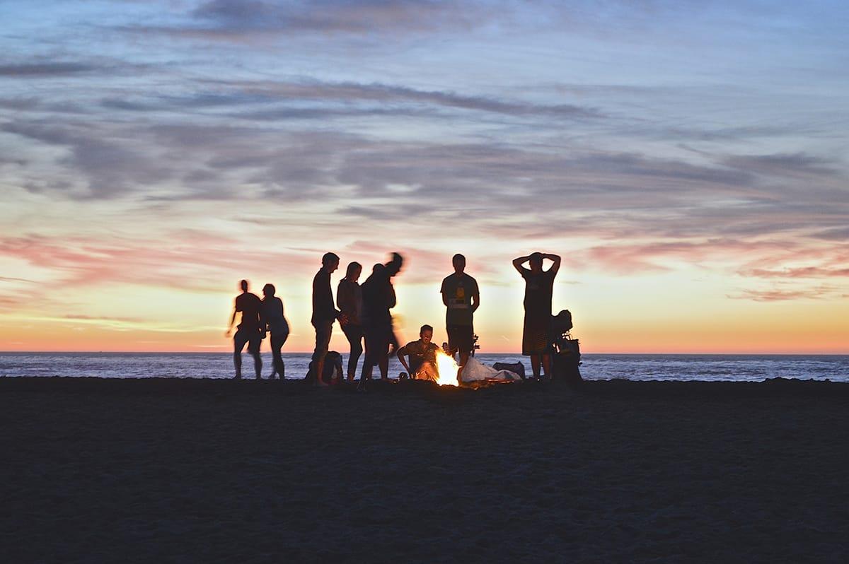 An Mittsommer feiert man mit Familie und Freunden bis spät in die Nacht – am besten am Strand.