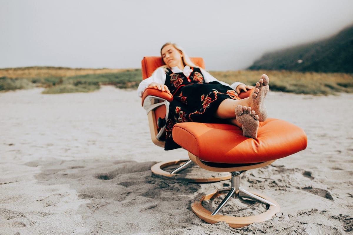 Das Relaxen im Stressless Sessel ist Entspannung pur – nicht nur an Mittsommer.