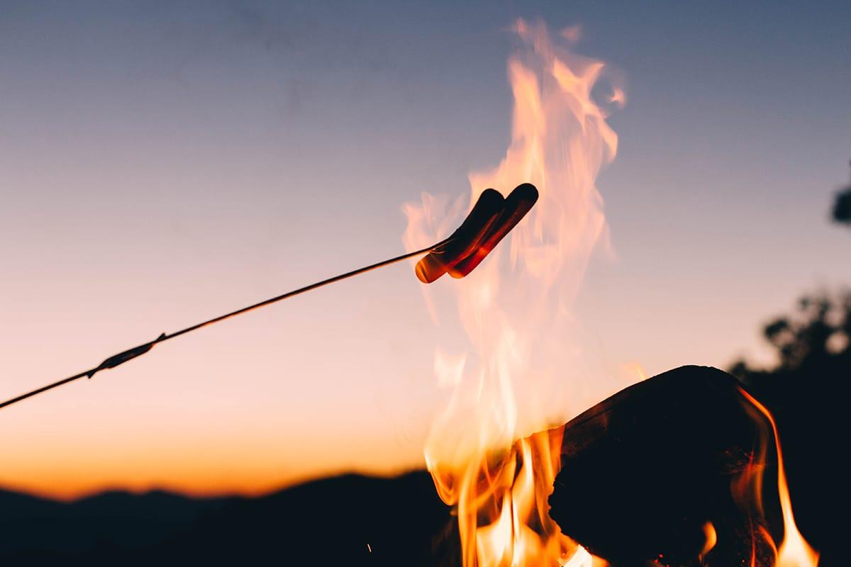 Zu einem richtigen Mittsommer-Fest gehört das Grillen am Lagerfeuer.