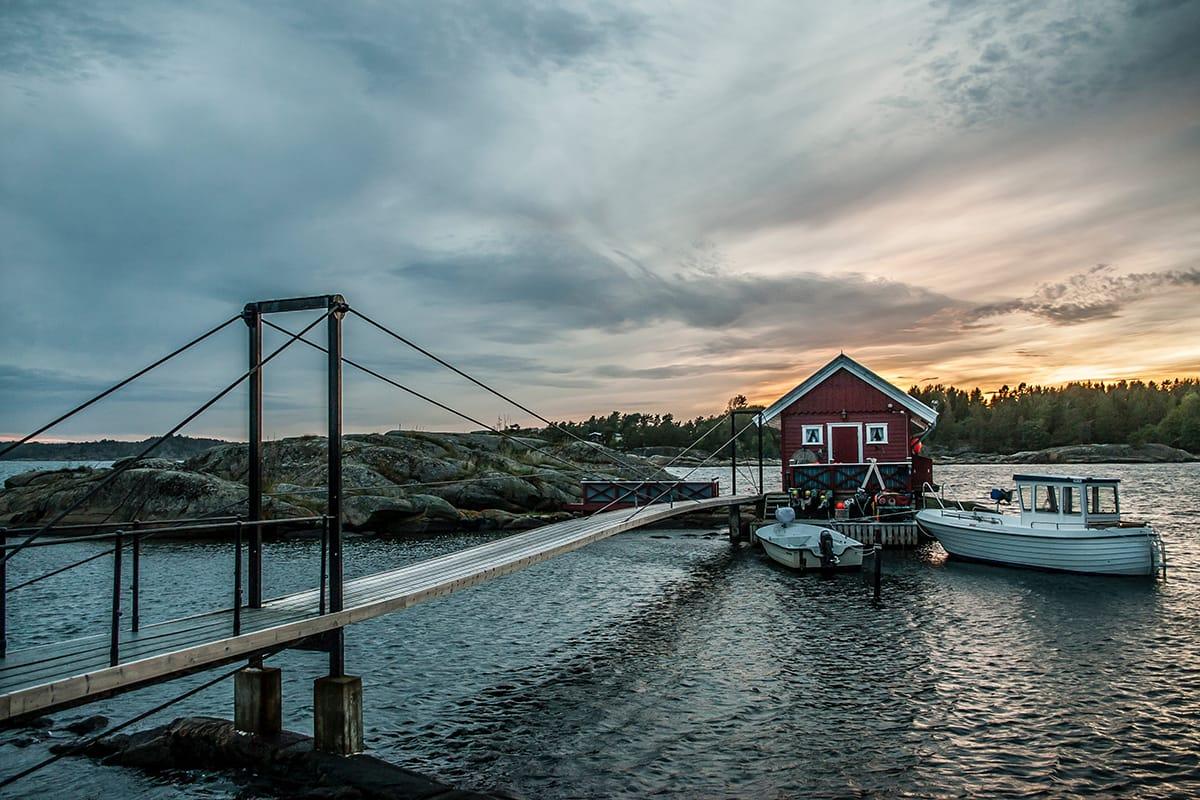 Entlang der Küsten zieht es die Menschen mit ihren Booten auf die Fjorde, um dort Mittsommer zu feiern.