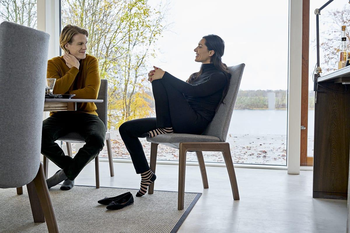 Ein versunkenes Wohnzimmer schafft eine ideale Gesprächsatmosphäre – besonders bequem sitzt man dabei auf Stressless Dining Stühlen.