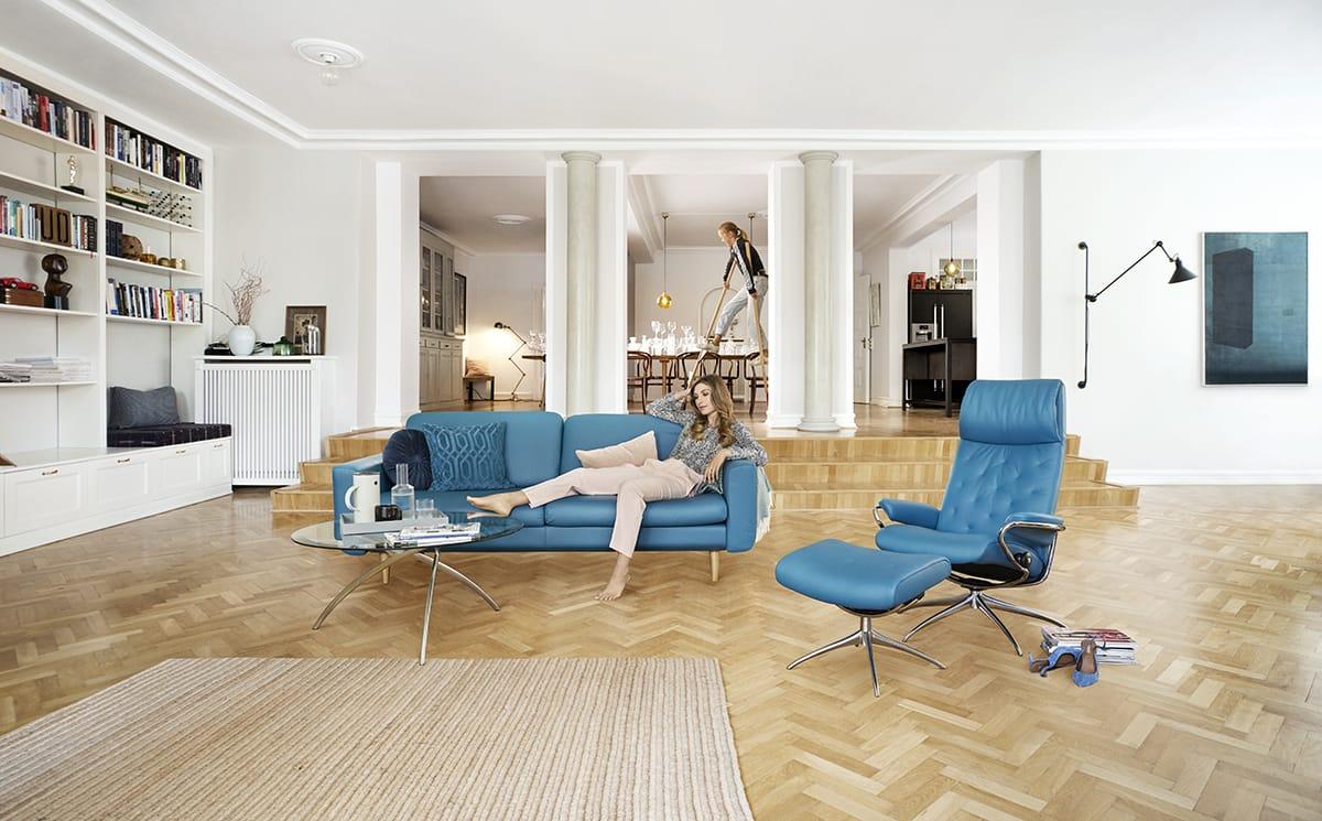 Ein versunkenes Wohnzimmer in Kombination mit Stressless Joy und dem Stressless Metro Sessel ist der ideale Rahmen für eine lebendige Gesprächskultur.
