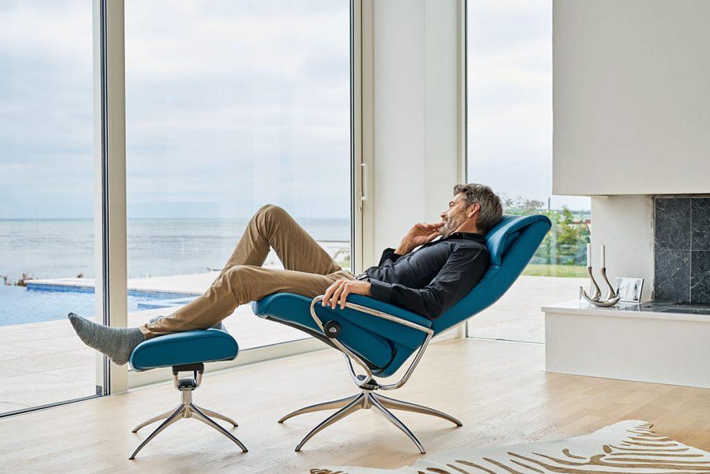 Versucht in eurem Smart Home, so viel natürliches Licht wie möglich in die Wohnräume zu lassen und zu entspannen – zum Beispiel im Stressless London.