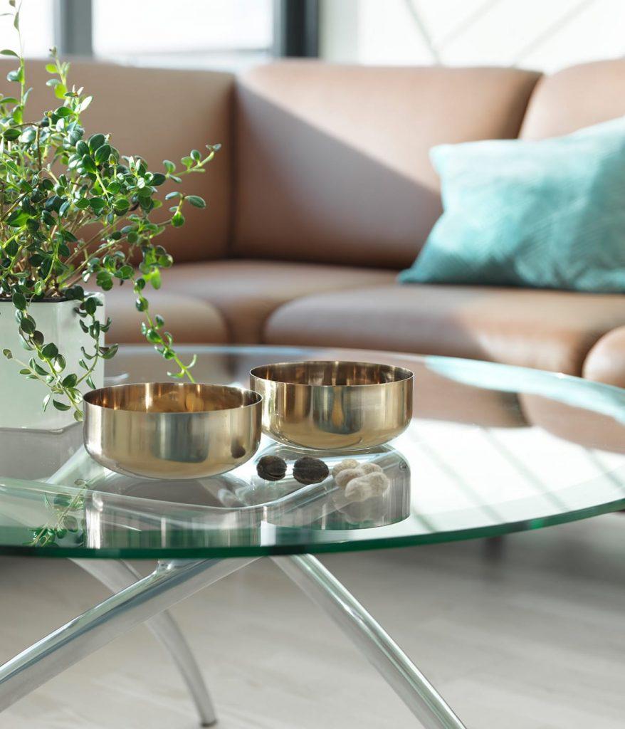 Sagt ja zu freier Fläche im Smart Home und räumt den Couchtisch – hier ein Stressless Style – frei.
