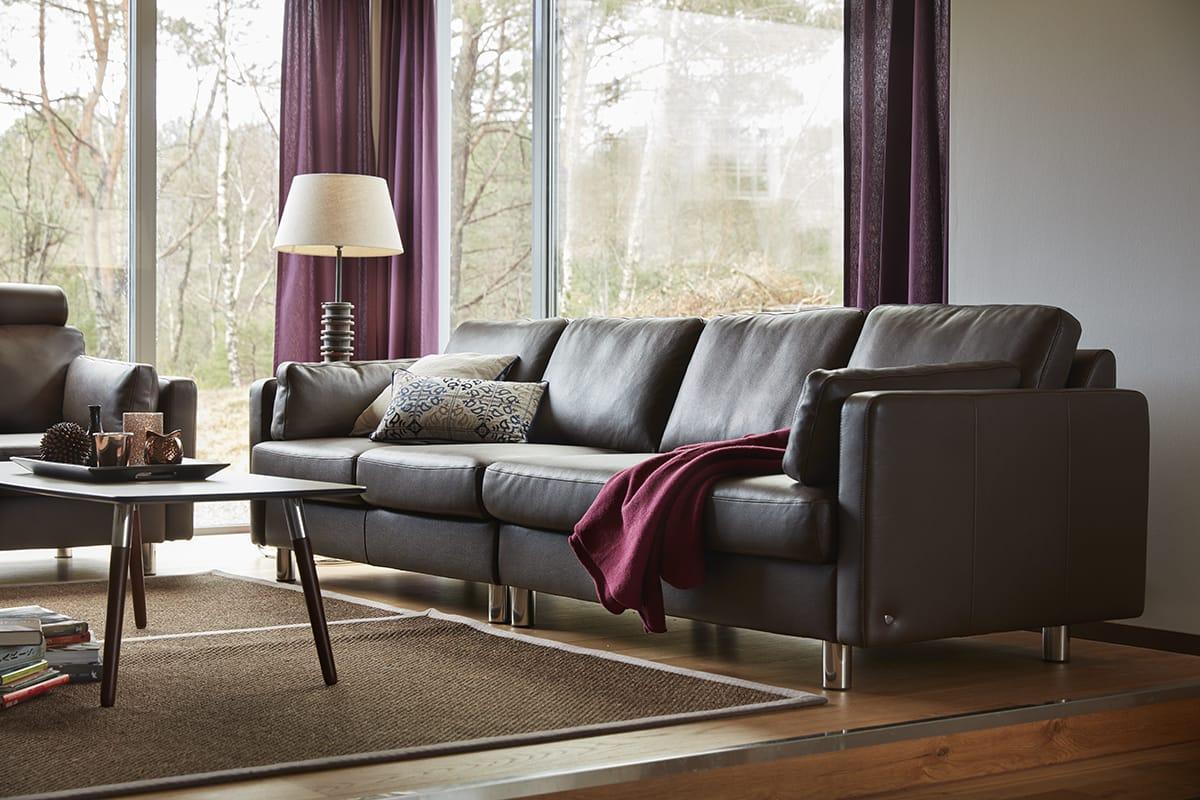 Ein schöner Blick vom versunkenen Wohnzimmer und Stressless E600 Sofa nach draußen ist immer ein guter Gesprächseinstieg.