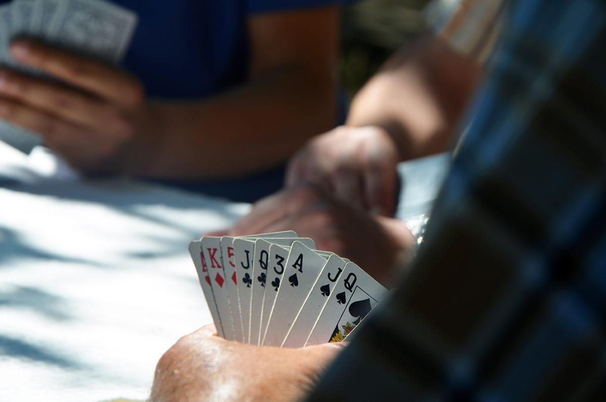 Ein Kartenspiel im versunkenen Wohnzimmer fördert die Geselligkeit und das Gespräch.