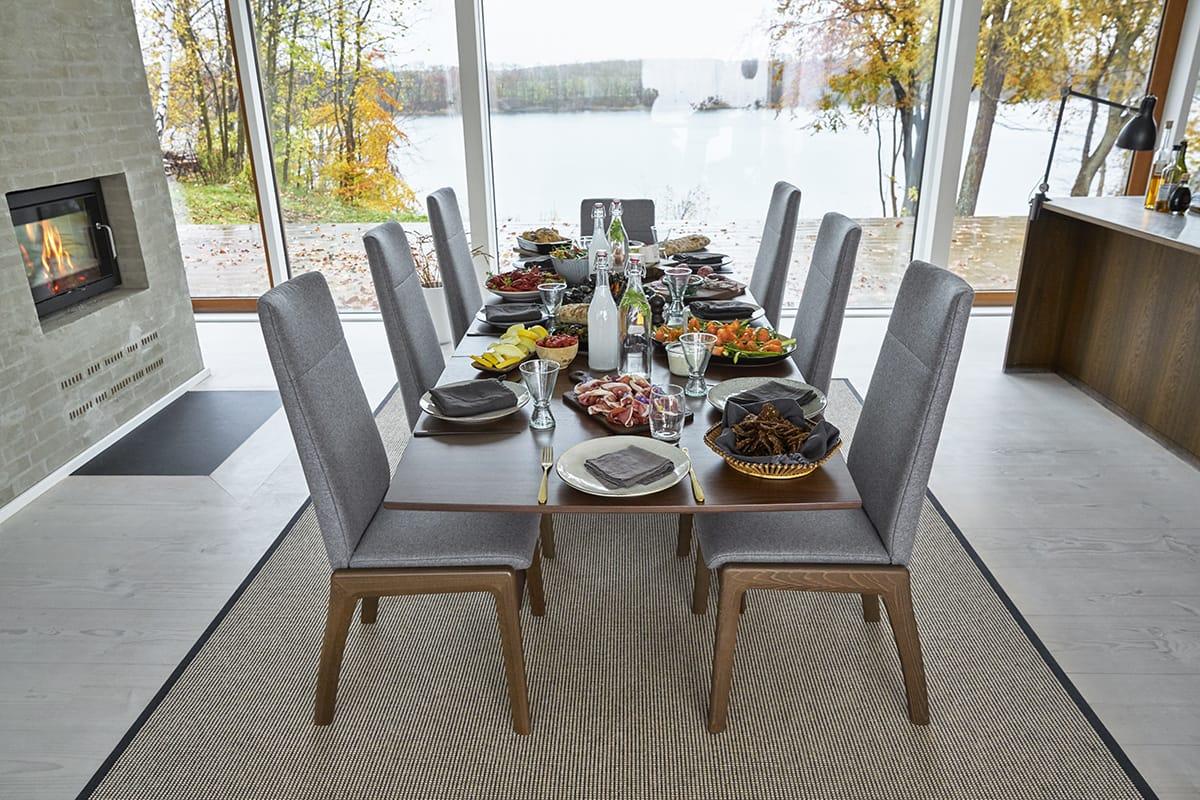 Das Zentrum des offenen Esszimmers ist der Esstisch – wie hier das Modell Stressless Dining Madeira.