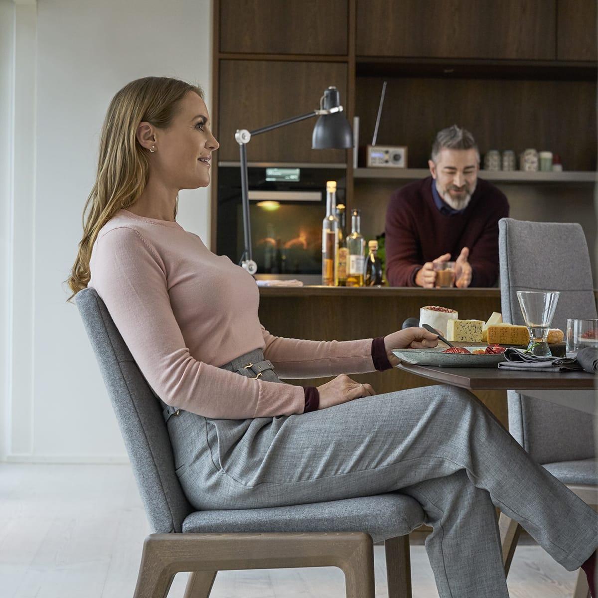 Damit ein offenes Esszimmer gemütlich wird, sind die richtigen Esszimmerstühle wichtig – wie etwa das Stuhlmodell Stressless Dining Laurel.