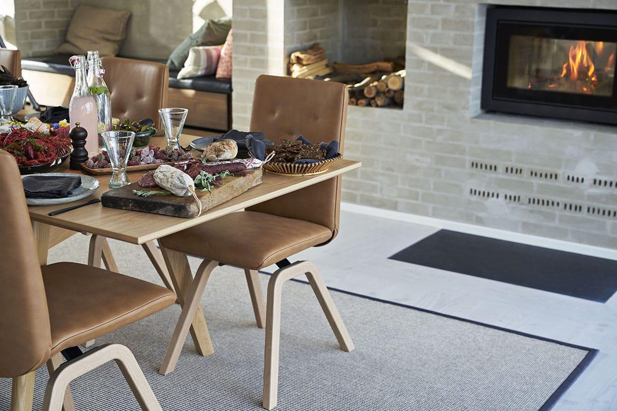 Ein offenes Esszimmer wirkt besonders einladend durch Textilien und Stressless Dining Esszimmerstühle Rosemary.
