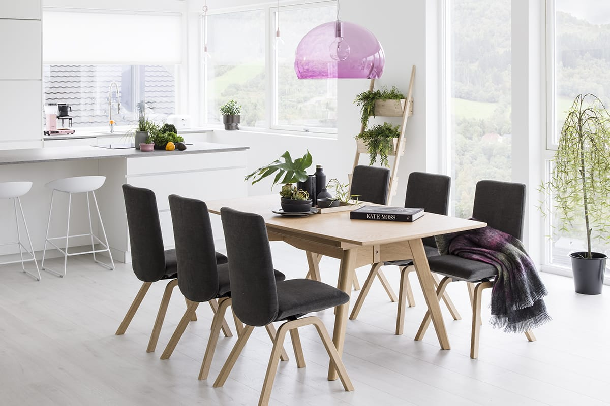 Eine schöne Hängelampe über dem Stressless Dining Tisch wird zum Blickfang im offenen Esszimmer.