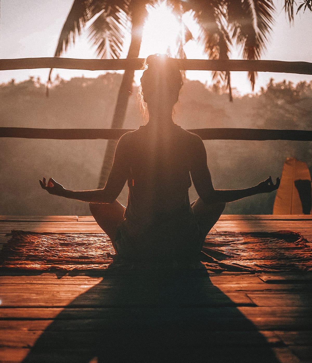 Entspannte Urlaubsarten wie etwa ein Yoga-Retreat bieten Entspannung und spirituelle Erlebnisse.
