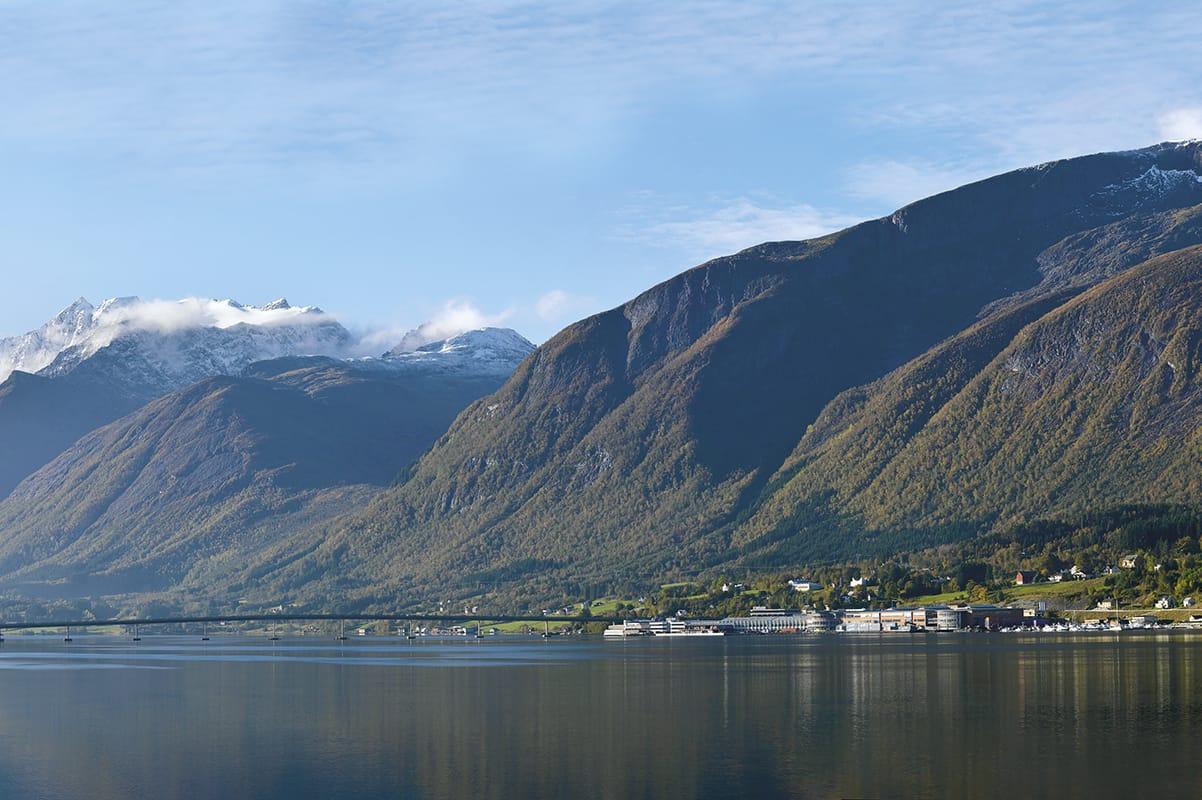Auch das Unternehmen Ekornes, malerisch in einem Fjord gelegen, beschäftigt sich mit dem Thema Nachhaltigkeit in Norwegen.