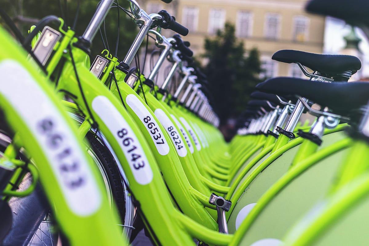 Oslo setzt auf öffentliche Verkehrsmittel und Leihfahrräder für mehr Nachhaltigkeit in Norwegen.
