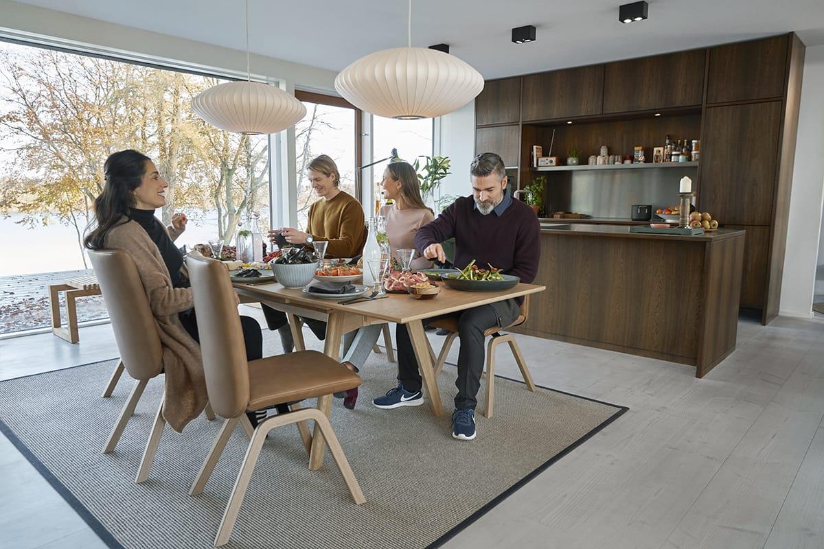 Ein Rezept für ein entspanntes Abendessen mit guten Gesprächen sind die richtigen Stühle – wie die von Stressless Dining.