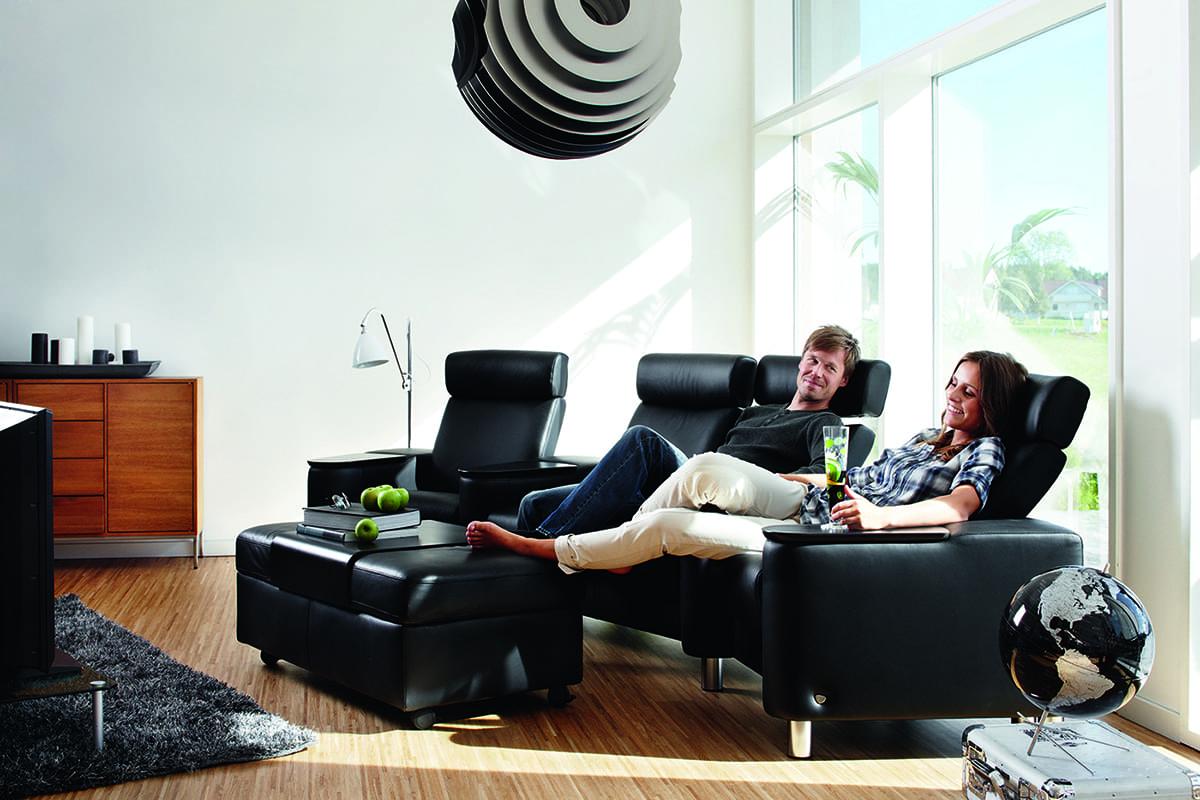 Findet ausreichend gemeinsame Zeit zu zweit und für Entspannung – etwa auf dem Stressless Sofa Arion.