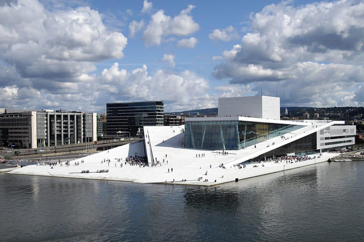 Ein architektonisches Highlight auf der Entdeckungsreise in Norwegen zu Fuß ist das neue Osloer Opernhaus.