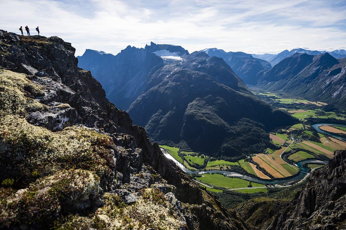 Norwegen zu Fuß erkunden erlaubt einen herrlichen Ausblick vom Romsdalseggen.