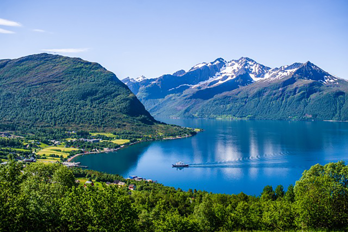 Am besten lässt sich in Norwegen zu Fuß die atemberaubende Landschaft entdecken, wie hier in Sykklyven, der Heimat von Ekornes.