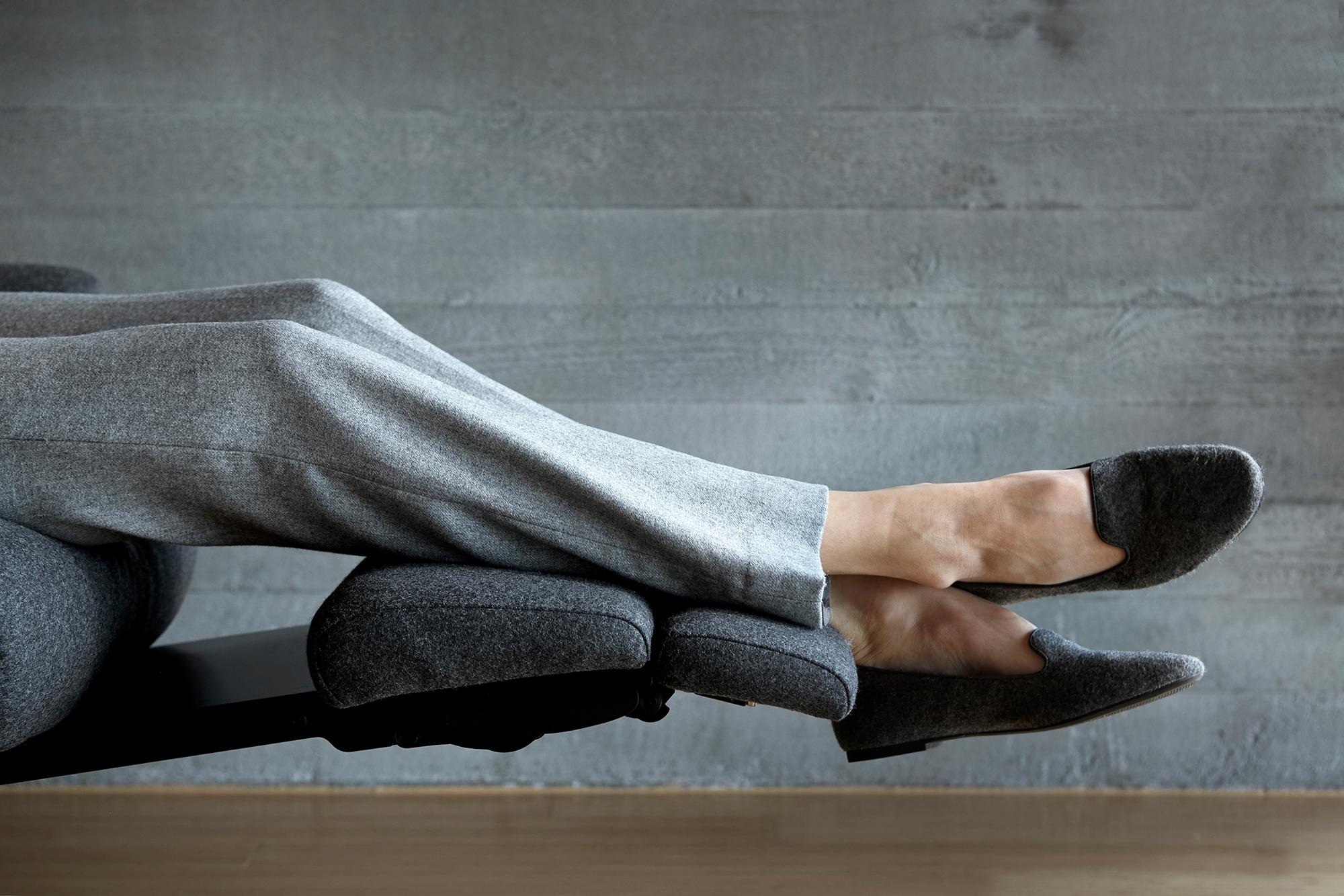 Bei schweren Beinen hilft Bewegung – oder das entspannte Beine hochlegen auf einem Stressless View Sessel mit ausfahrbarer Fussstütze.