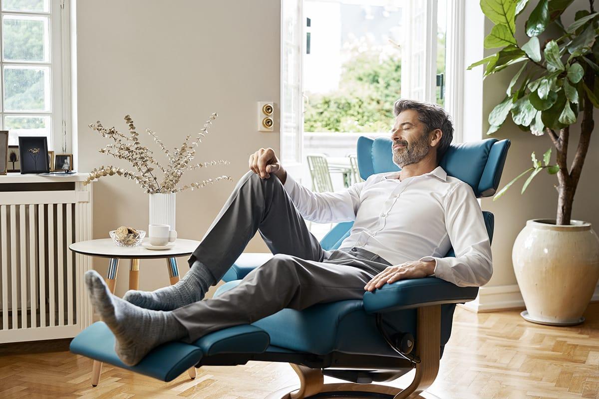 Bei schweren Beinen hilft Bewegung – oder das entspannte Beine hochlegen auf einem Stressless Skyline Sessel mit LegComfort.