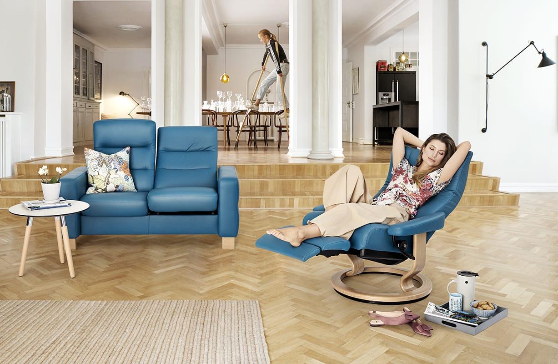 Um schweren Beinen vorzubeugen, legt so oft wie möglich die Beine hoch – etwa auf einem Stressless Wave Sessel mit LegComfort.