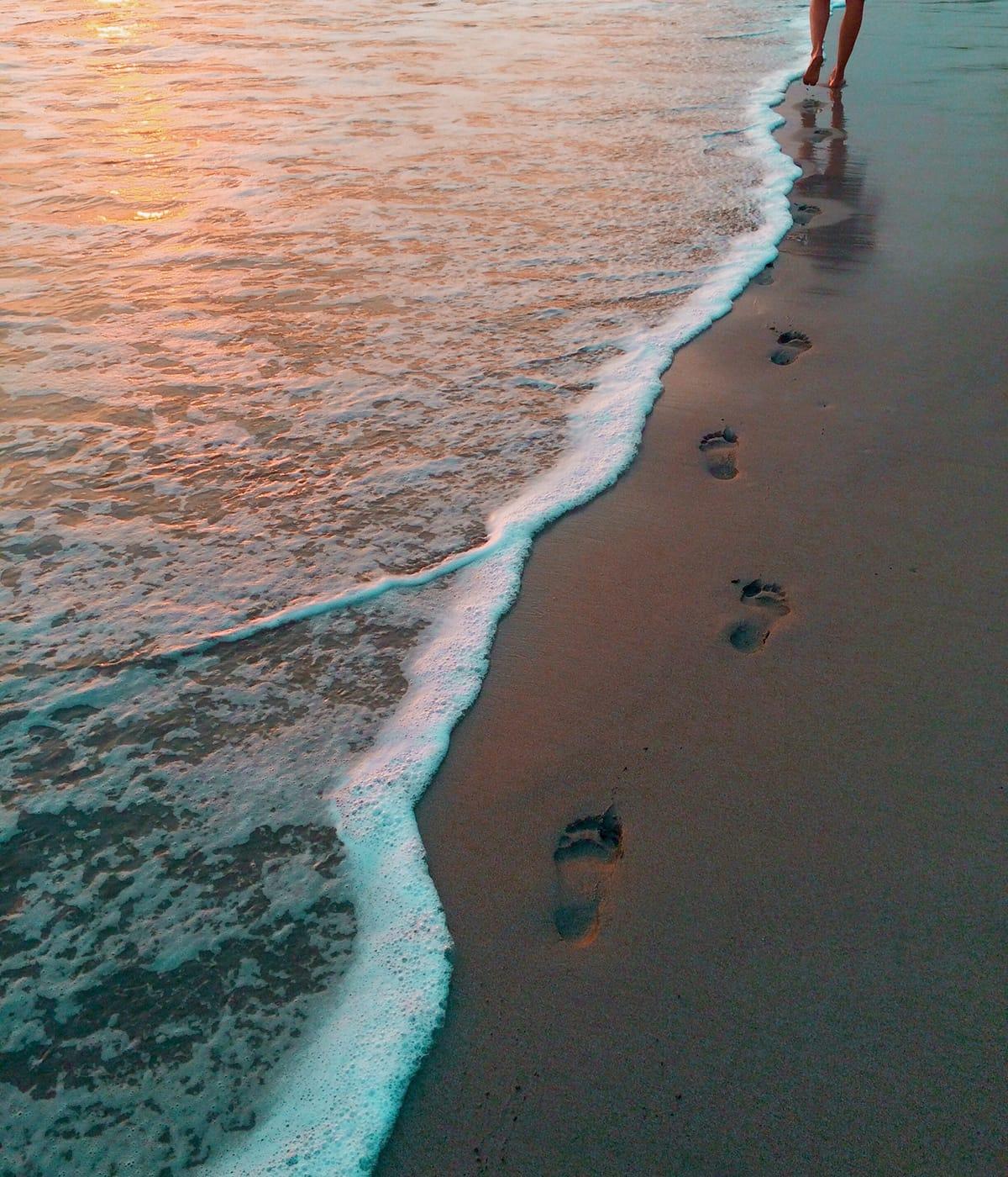 Das optimale Mittel gegen schwere Beine ist ein täglicher Spaziergang am Strand mit nackten Füßen.