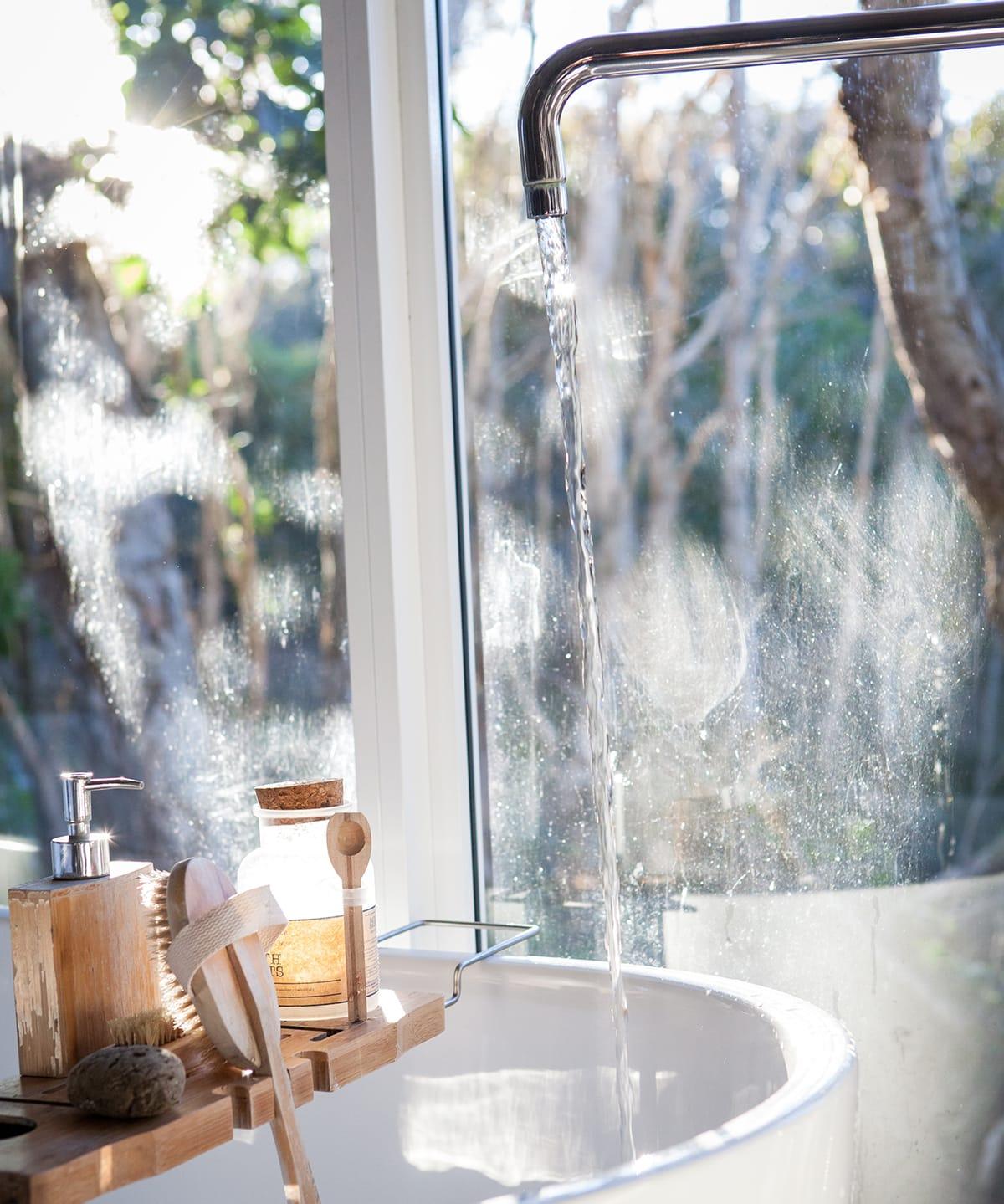 Kaltes Wasser und regelmäßige Bürstenmassagen regen die Venentätigkeit an und helfen gegen schwere Beine.