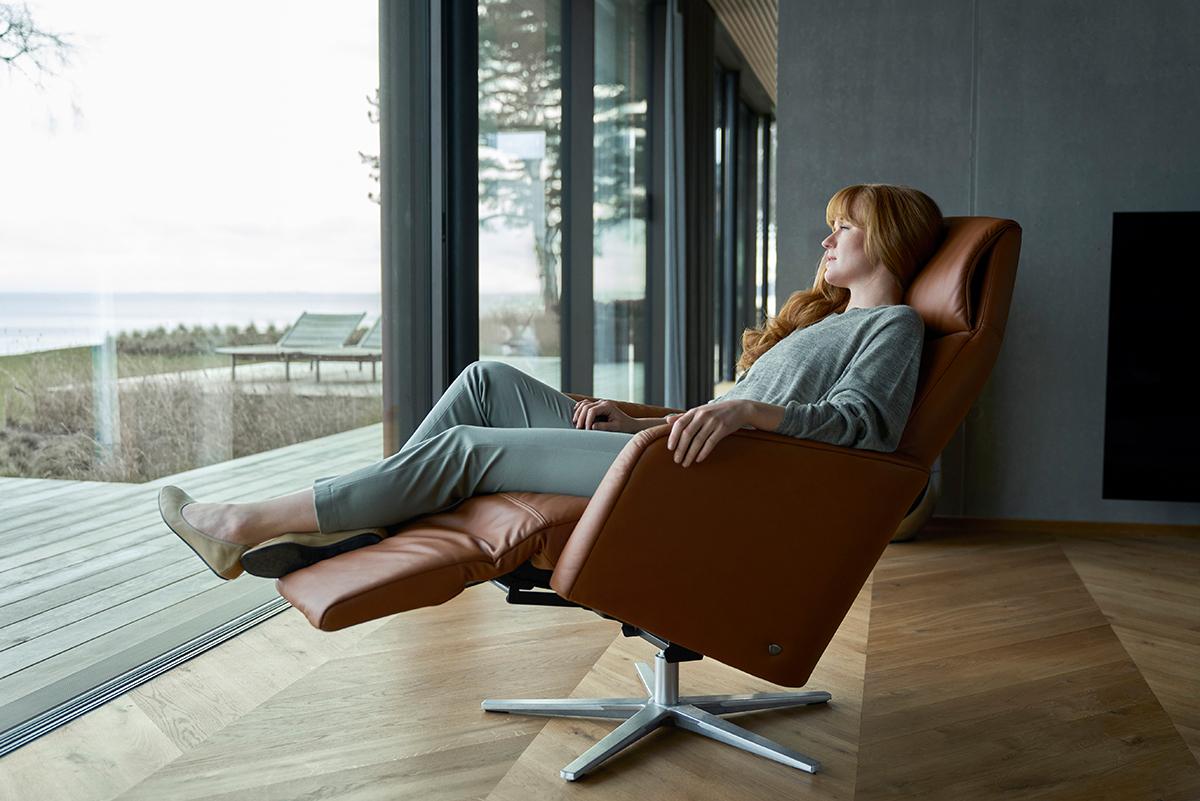 Auf einem Stressless Scott Sessel mit Relaxfunktion finden schwere Beine die ideale Entlastung und Entspannung.