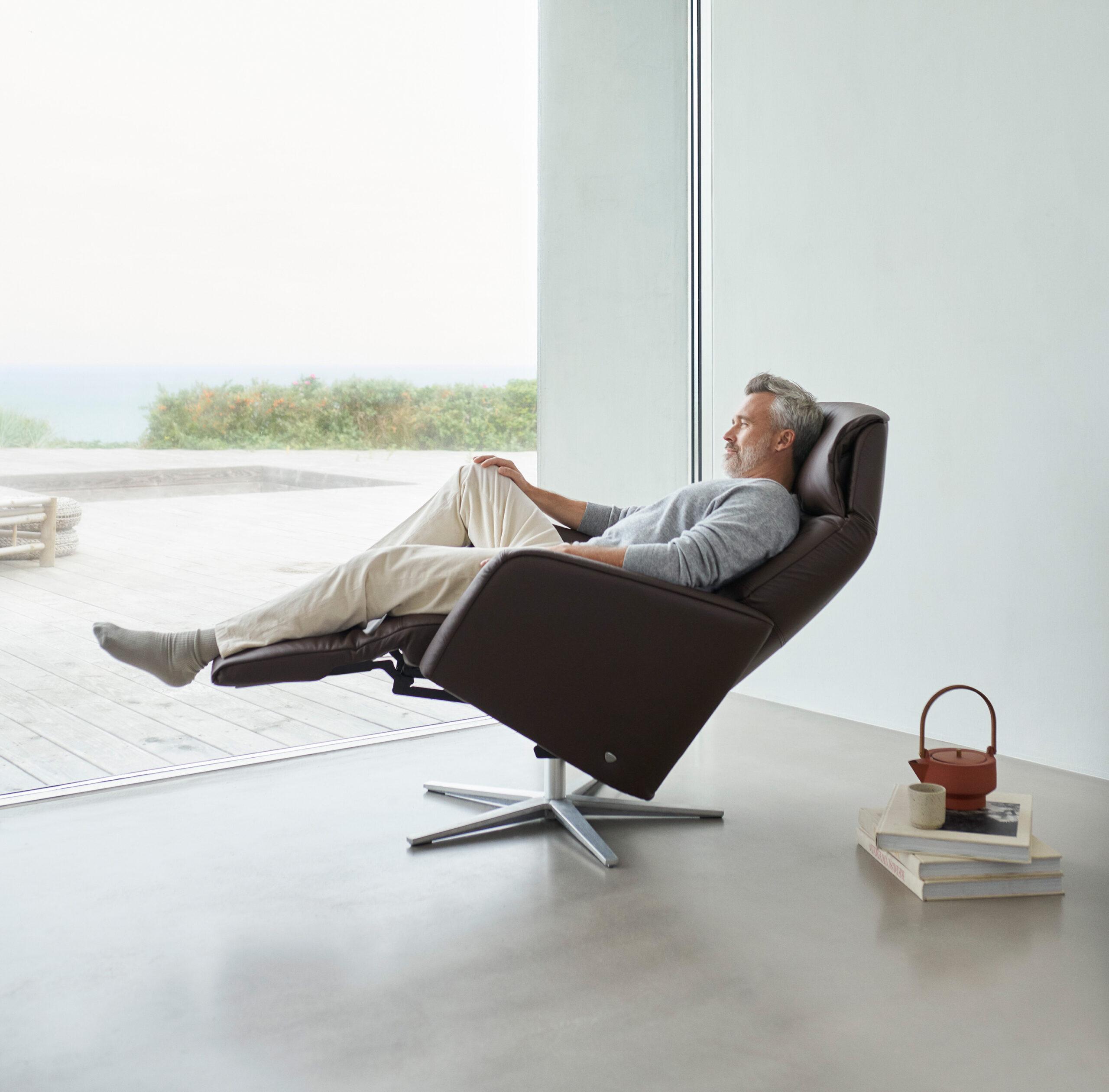 Um schweren Beinen vorzubeugen, legt so oft wie möglich die Beine hoch – etwa auf einem Stressless Scott Sessel mit Power-Funktion.
