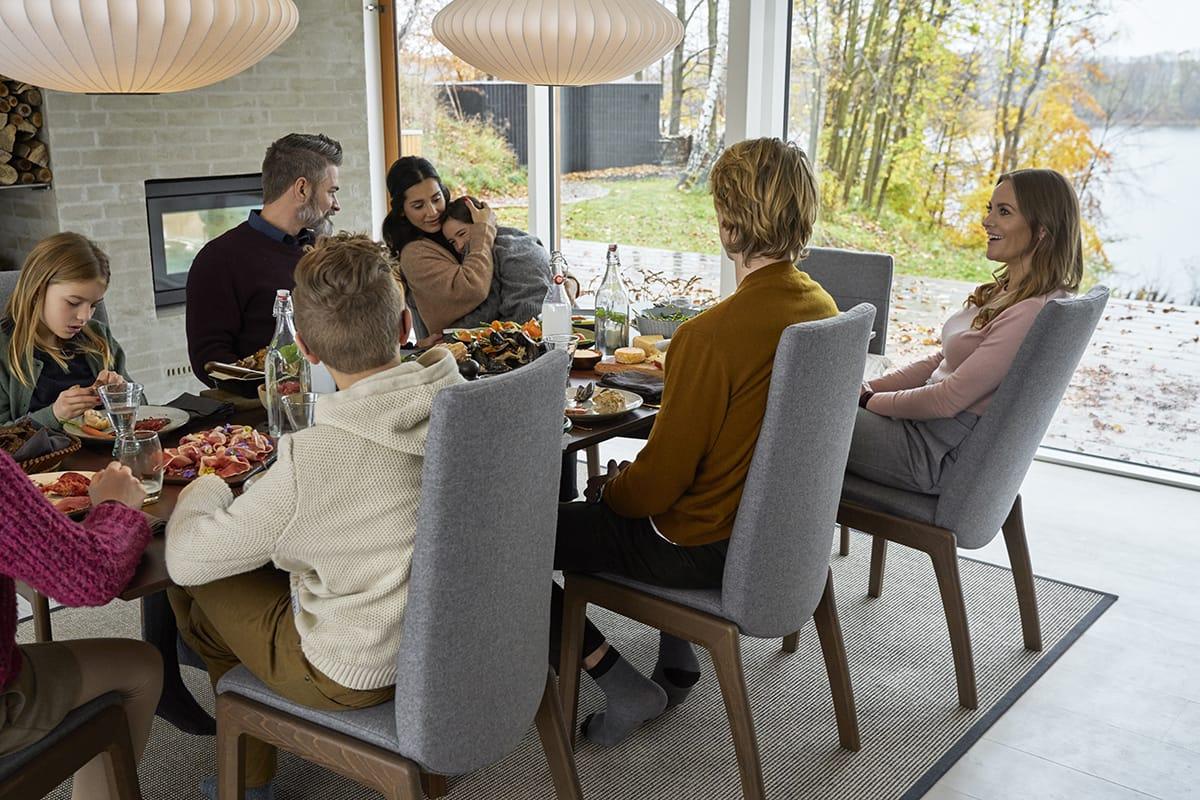Mit herbstlichen Wohnideen in warmen Farbtönen und Stressless Dining Möbeln bringt ihr noch mehr Gemütlichkeit in euer Zuhause.