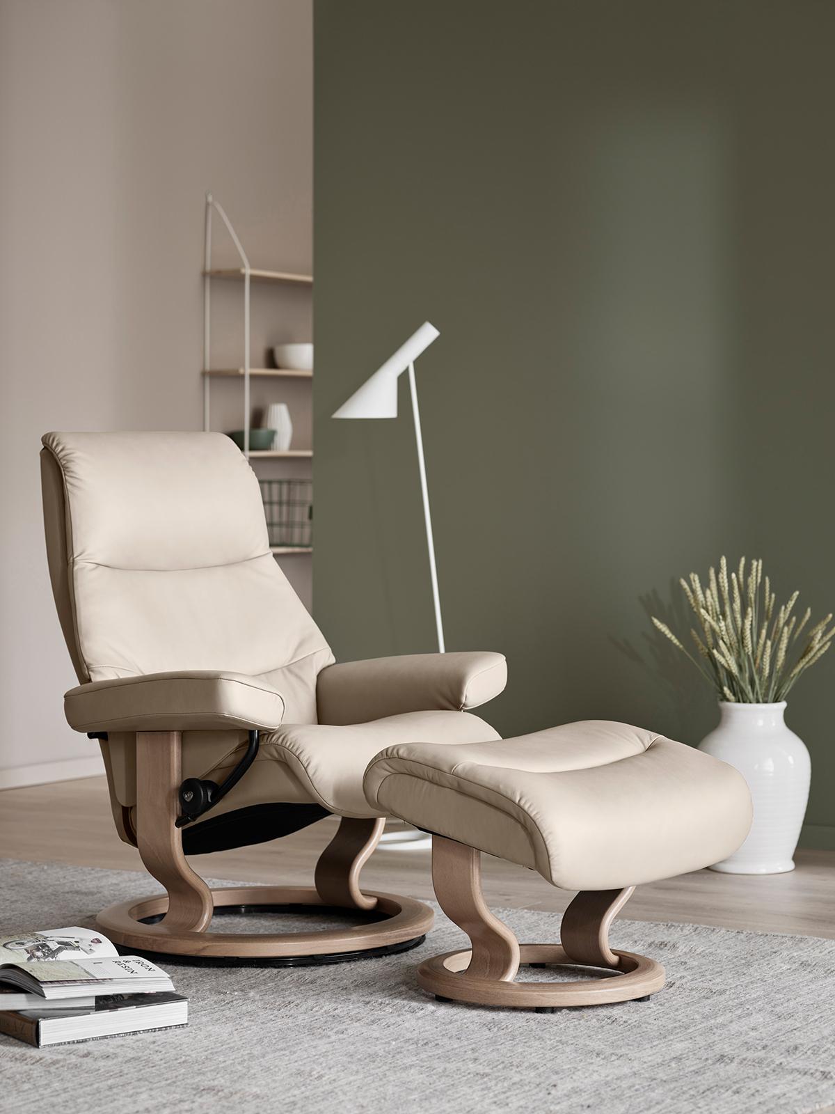 Mit dem Stressless View mit Classic Untergestell könnt ihr den richtigen Sessel finden für eine Einrichtung im klassisch-zeitlosen Stil.