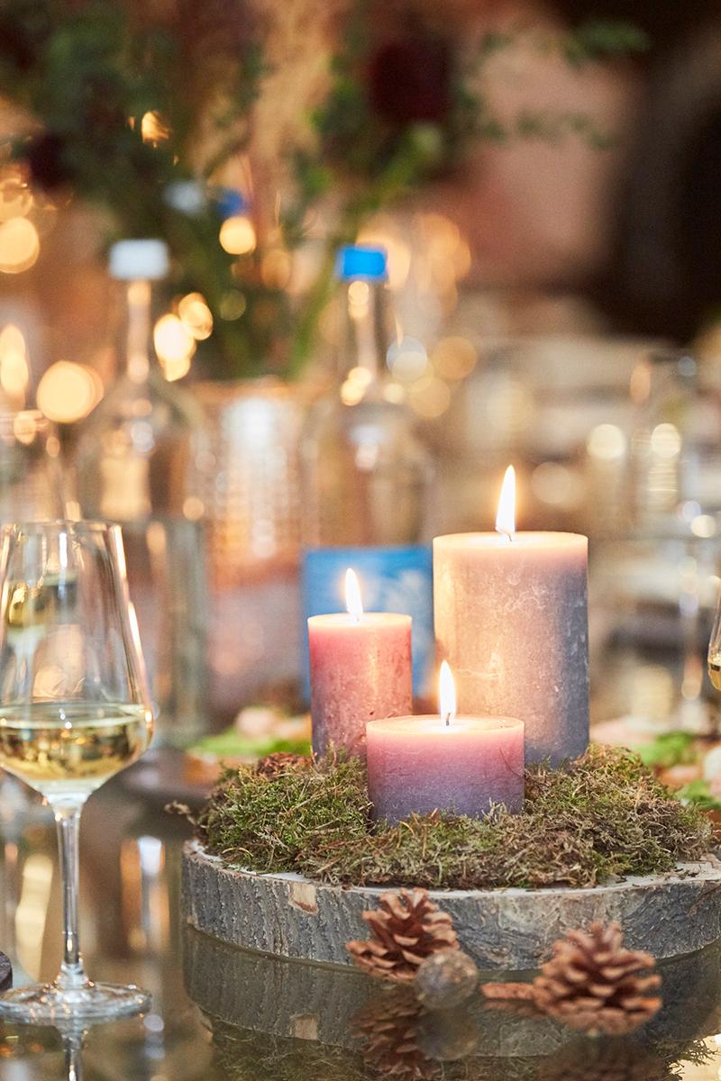 Für die perfekte Beleuchtung im Winter sorgen im Wohnzimmer oder auf Esstisch auch einige Kerzen und Teelichter.
