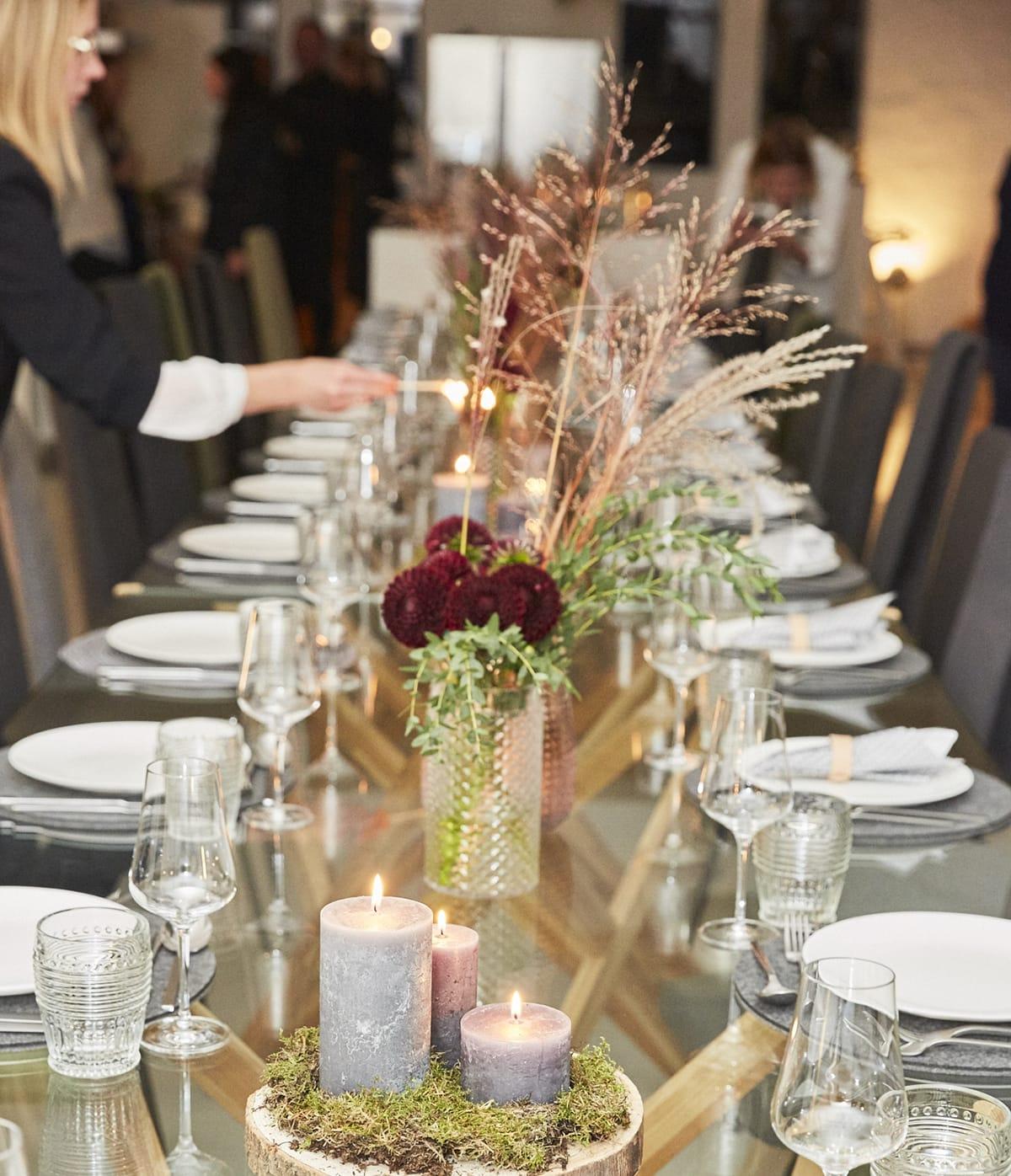 Eine festlich gedeckte Tafel, Kerzenschein und bequeme Stressless Dining Stühle zaubern in der hyggeligen Weihnachtszeit eine besonders gemütliche Atmosphäre.