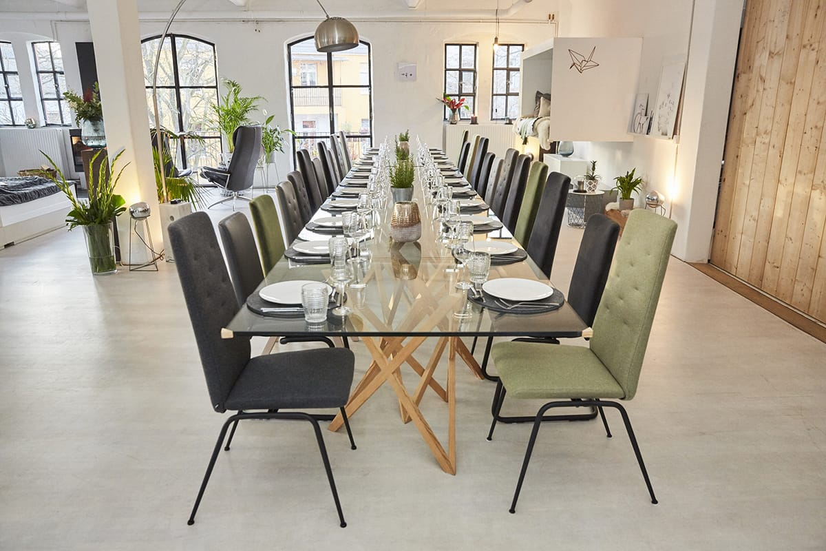 An einer langen Tafel mit Stressless Dining Stühlen lässt sich in der hyggeligen Weihnachtszeit gut gemeinsam essen und genießen.