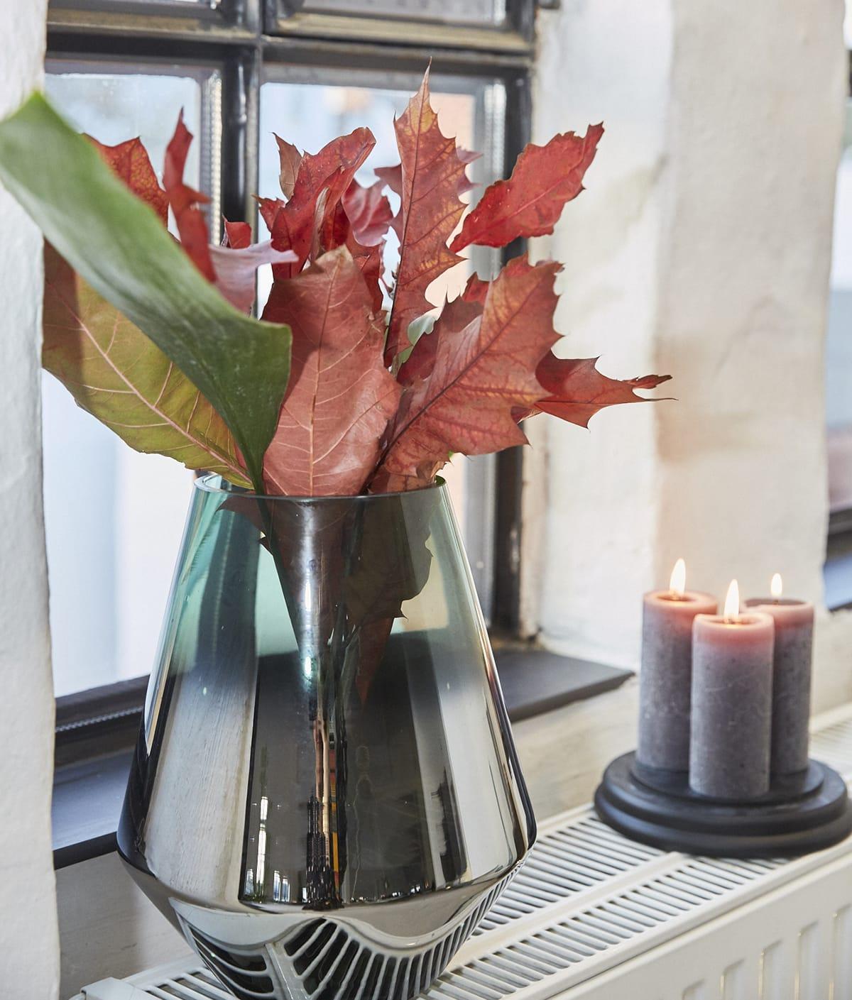In der hyggeligen Weihnachtszeit heißen Kerzen im Fenster die Besucher willkommen.