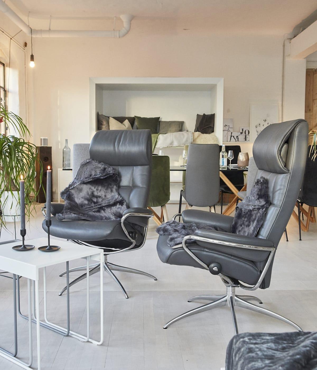 Nun, in der hyggeligen Weihnachtszeit, ist es an der Zeit, Schaffelle und kuschelige Decken auf den Stressless Sesseln zu verteilen.