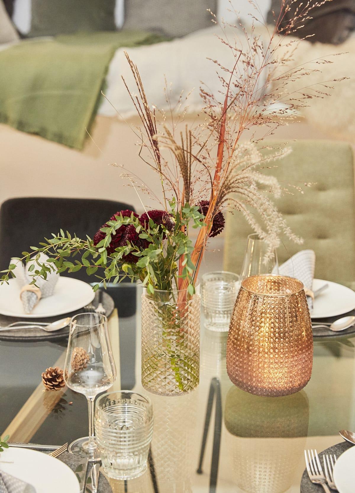 Stressless Dining Stühle in der Trendfarbe Grün fügen sich farblich passend in die hyggelige Weihnachtszeit ein.